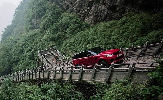 """Range Rover измина 999 стъпала към """"Небесната врата"""""""