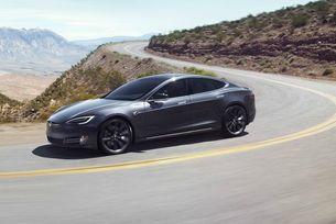 Електромобил Tesla прелетя 30 метра