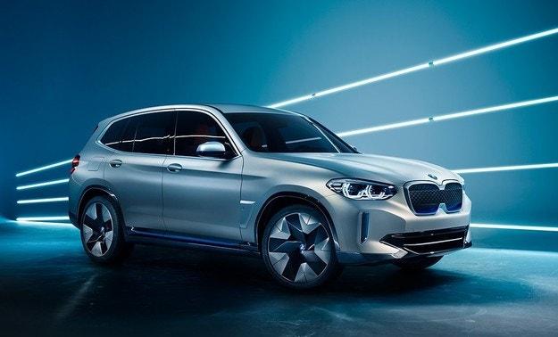 BMW приема поръчки за електрическия кросоувър iX3