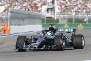Mercedes подари победата на Хамилтън
