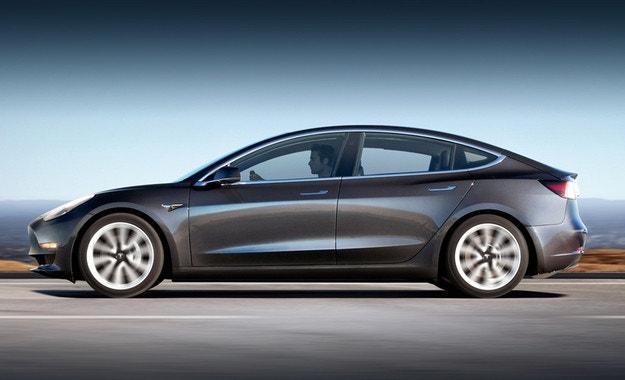 Стартираха продажбите на Tesla Model 3 Mid Range RWD