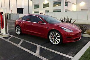Tesla добави състезателен режим на Model 3