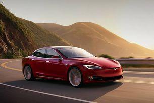 Пиян шофьор на Tesla спи на автопилот