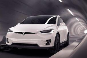 Автомобили Tesla се движат в подземни тунели
