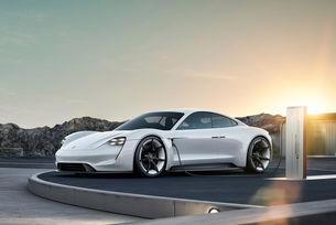 Porsche адаптира първия си електромобил за зимата