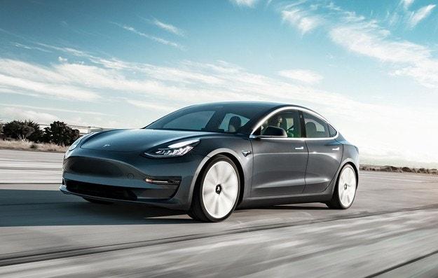 Tesla сваля цените на електромобилите си