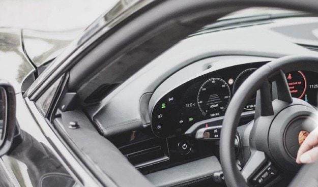 Първият електромобил Porsche с четири дисплея