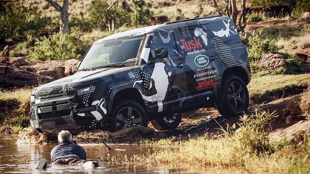 Тестват новия Land Rover Defender в резерват за лъвове