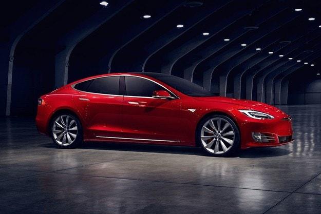 Tesla намалява цените и променя продуктовия микс