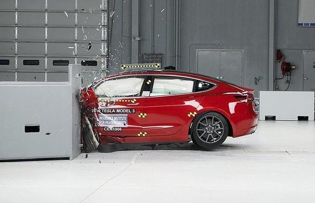 Tesla Model 3 се яви на краш тест в САЩ