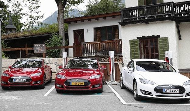 Електромобилите Tesla ще говорят с пешеходците