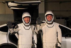 Кросоувъри Tesla ще превозват астронавти