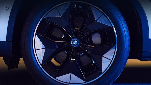 Електромобилът BMW iX3 със специални джанти