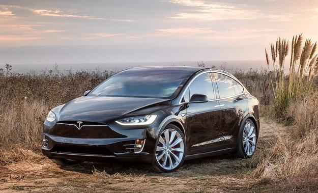 Tesla ще ремонтира 15 хил. кросоувъра Model X