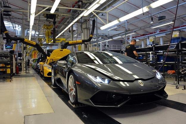 Lamborghini произвeжда медицински маски
