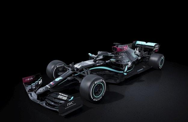 Mercedes заменя сребърното с черно