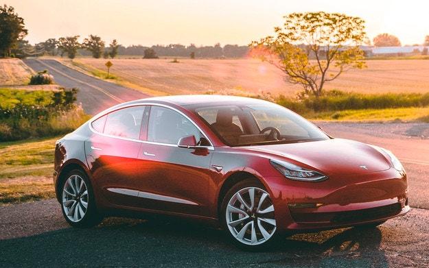 Tesla обновява най-евтиния си електромобил
