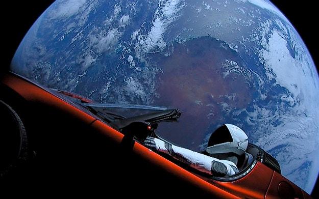 Tesla Roadster лети на минимално разстояние от Марс