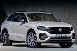 Volkswagen Touareg паркира сам без шофьор