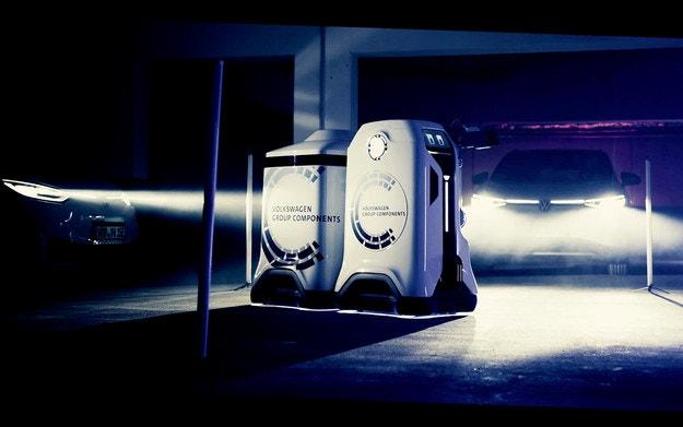 VW показа робот, зареждащ електромобили