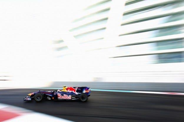 Red Bull няма да сменя Renault