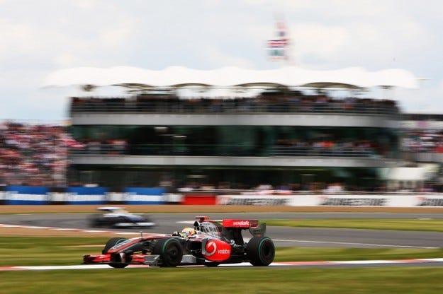 Формула 1 остава на Силвърстоун