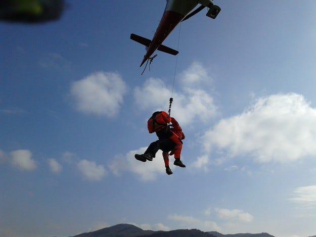 Пилоти обучават спасители да оказват помощ от въздуха