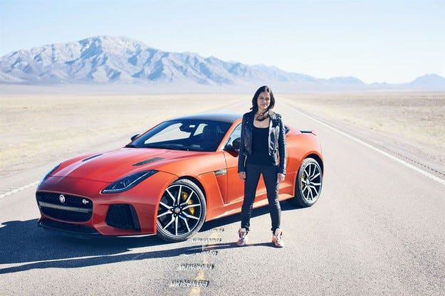 Мишел Родригез кара Jaguar F-TYPE SVR с над 320 км/ч