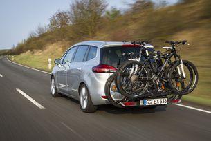 Системата за превоз на велосипеди FlexFix е интегрирана в бронята и винаги е на разположение – без да пречи, когато не се използва