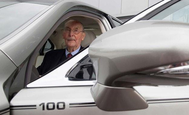 Lexus пусна уникален седан в чест на 100-годишен клиент