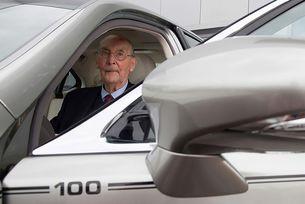 Lexus направи уникален седан в чест на 100-годишен свой клиент