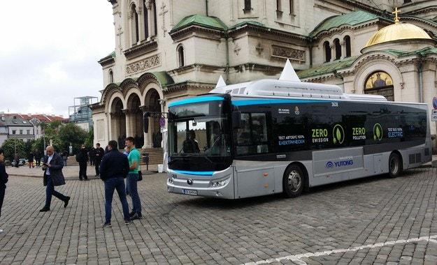 Електрически автобус Yutong се движи из София