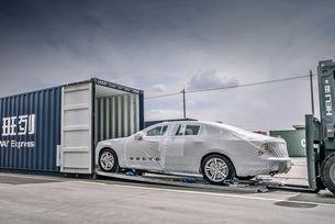 натоварен със седани Volvo S90, които се произвеждат в китайския град Дацин