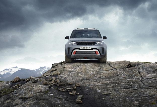 Land Rover представя офроуд шампиона Discovery SVX