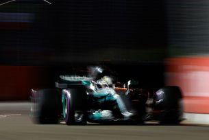 Хамилтън разби Ferrari в Сингапур
