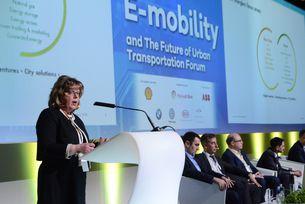 """На събитието Анджи Боукс, генерален мениджър """"Електрическа мобилност"""" в отдела """"Нови енергийни източници"""" на Royal Dutch Shell, представи дейностите, които Shell предприема на пазара на електромобилност"""