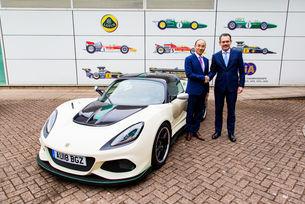 """Жан-Марк Галс, главен изпълнителен директор на Lotus от 2014 г., напусна поста си по """"лични причини"""" и бе заменен от Фенг Цингфенг, вицепрезидент и главен технически директор на Geely Auto Group"""