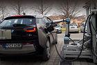 Австрийци тестват робот за зареждане на електромобил