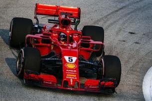 Механиците на Ferrari работеха до последно по автомобила на Фетел.