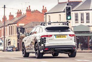 Коли на Jaguar Land Rover общуват със светофарите