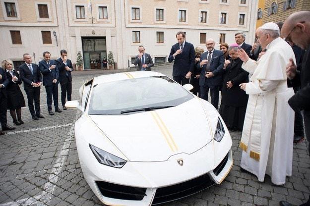 Разиграват Lamborghini Huracan на папата на томбола
