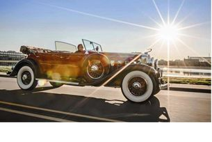 През 1930 г. американската луксозна марка Cadillac подчертава своите претенции за водеща роля, като представя един внушителен 16-цилиндров мотор. Агрегатът с работен обем 7,4 литра впечатлява и днес с равномерна, тиха като шепот работа и мощна тяга.