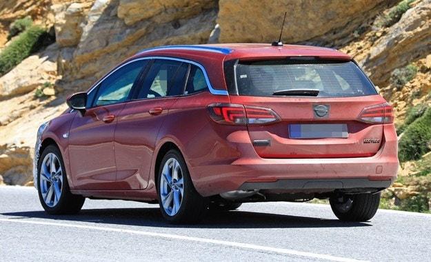 Комбито Opel Astra напомня за предстоящо обновяване