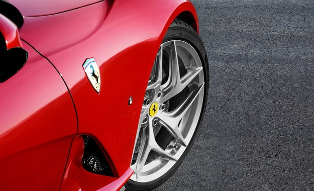 Нов хибрид на Ferrari, V8 и три електромотора