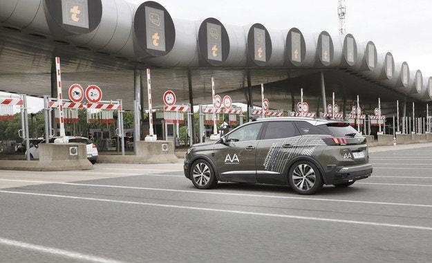 Продължават тестовете на автономния Peugeot 3008