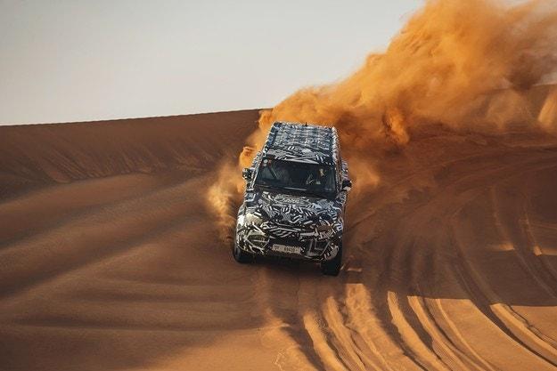 Експерти от Червения кръст тестваха прототипа на  новия Land Rover Defender