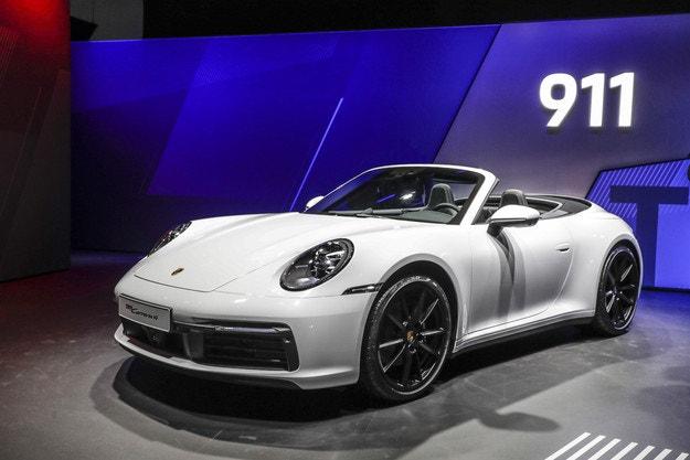 Новият Porsche 911 получава версия Carrera 4