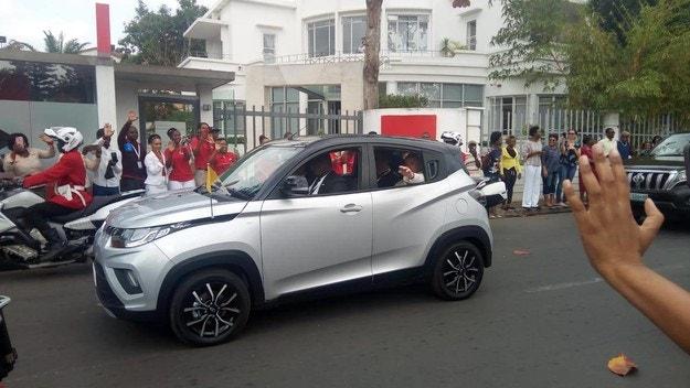 Папа Франциск пътува с Mahindra KUV100
