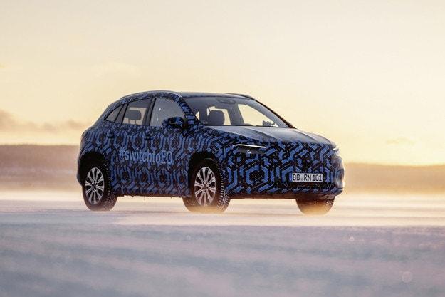 Тестват Mercedes-Benz EQA по снеговете в Швеция