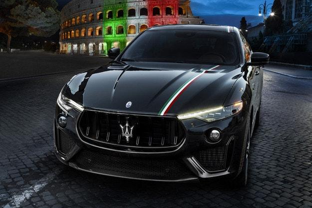 Ръчно нарисуван италиански флаг за Maserati Levante